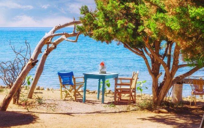 Tafel met stoeltjes aan zee zakynthos