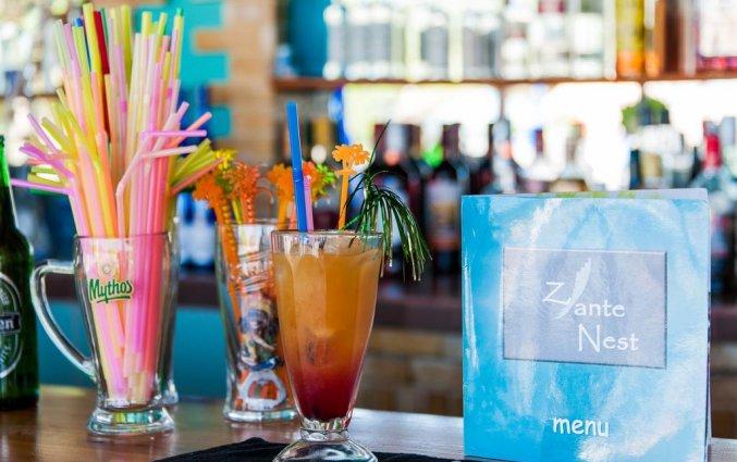 Drankjes aan de bar van Hotel Zante Nest op Zakynthos