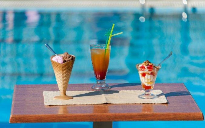 Terras aan het zwembad van Hotel Zante Nest op Zakynthos