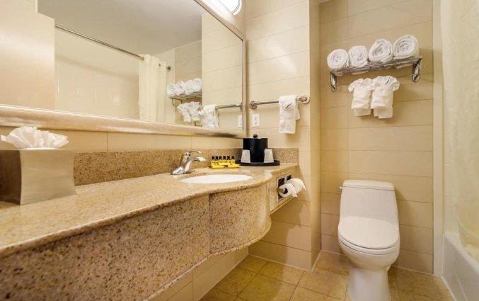 Badkamer van een tweepersoonskamer van Hotel Best Western Plaza in New York