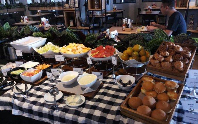 Ontbijtbuffet met broden, fruit en croissants van DAYS INN PATONG BEACH op Phuket