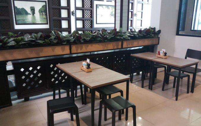 He koffiecafe met hoge tafels en barstoelen van DAYS INN PATONG BEACH op Phuket