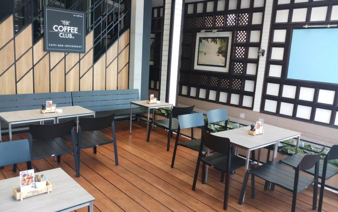 Het koffiecafe met bankjes van DAYS INN PATONG BEACH op Phuket