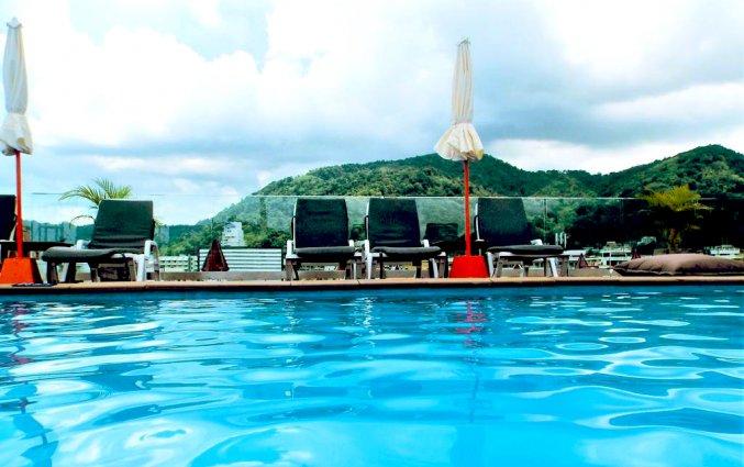 Rooftop zwembad met op de achtergrond bergen van DAYS INN PATONG BEACH op Phuket