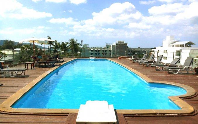 Het dakterras met zwembad en bedjes van DAYS INN PATONG BEACH op Phuket