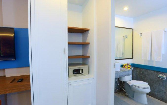 Kamer met gedeelte van de badkamer erop van Hotel Days Inn Patong Beach op Phuket