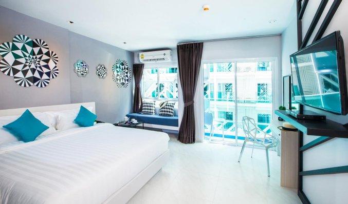 Tweepersoonskamer met bed van hotel Crib Patong op Phuket