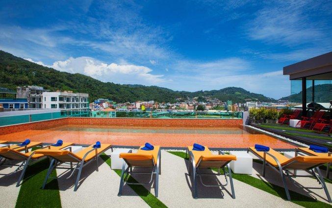 Zwembad met op de achtergrond uitzicht op de bergen van hotel Crib Patong op Phuket