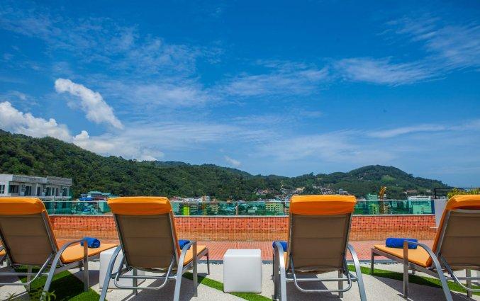 Zwembadstoelen met uitzicht op de bergen van Phuket