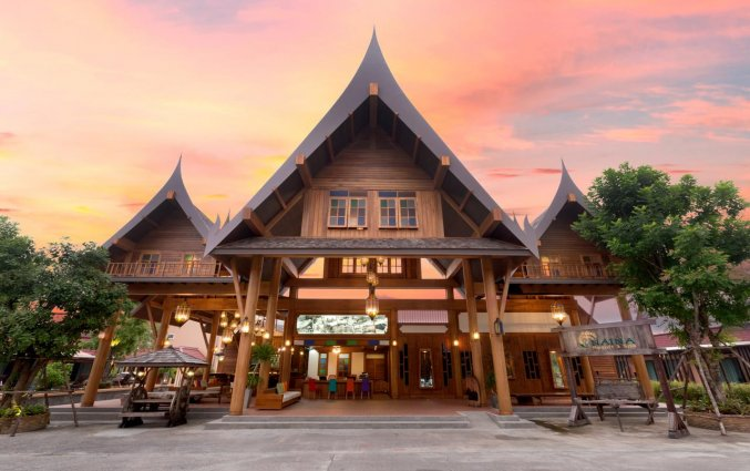 Vooraanzicht Naina Resort & spa