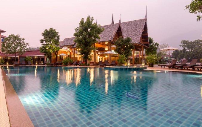 Zwembad van Naina Resort & Spa