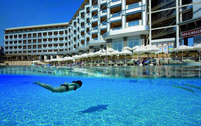 Zwembad van hotel Grand Kaptan