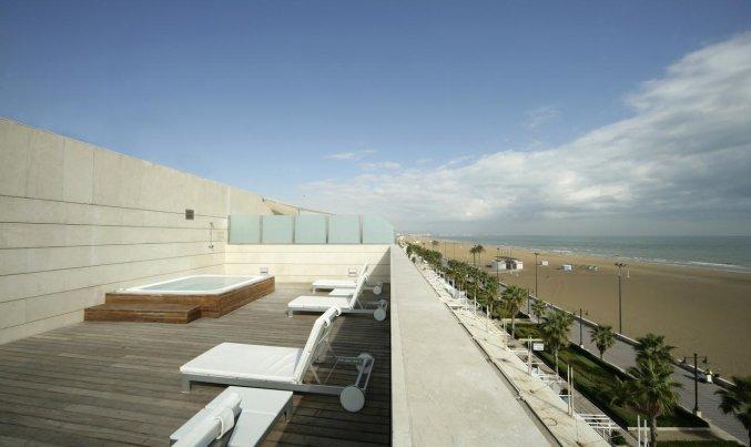 Terras met uitzicht op het strand van Hotel Neptuno in Valencia