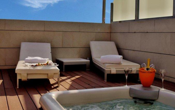 Terras en hot tub van Hotel Neptuno in Valencia