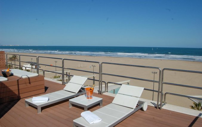 Dakterras met uizicht op het strand van Hotel Neptuno in Valencia
