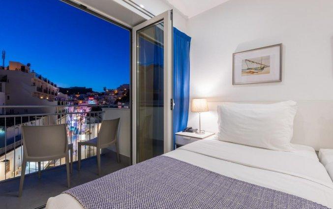 Tweepersoonskamer met een groot bed van Hotel Baltum in de Algarve