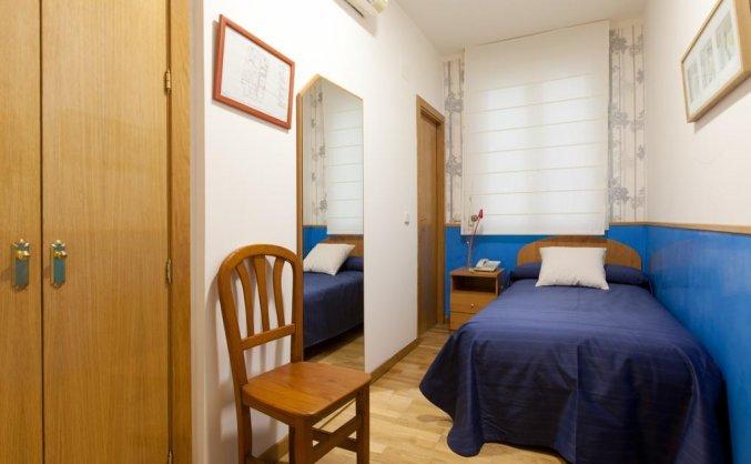 Slaapkamer van hostal Montaloya in Madrid