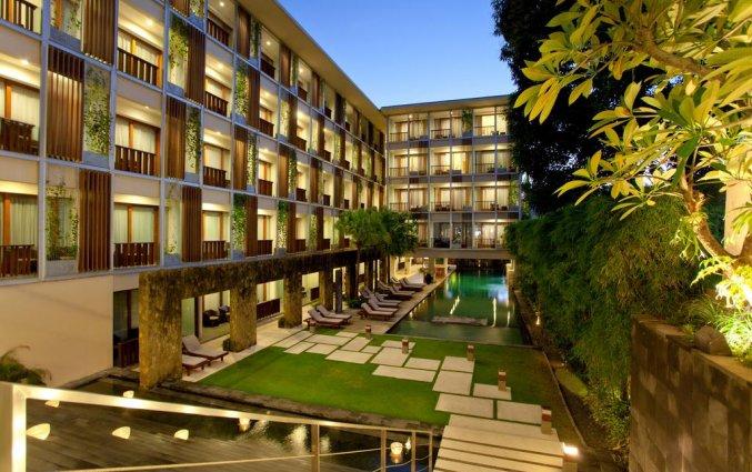 Ligstoelen van hotel The Haven Bali Seminyak